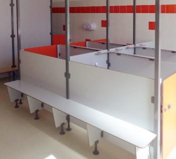 Cloisonnement de WC enfants au sein d'une école maternelle grâce à des panneaux compacts aux couleurs vives