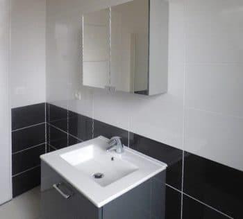 Aménagement d'une salle de bain : carrelages, meuble vasque, baignoire…