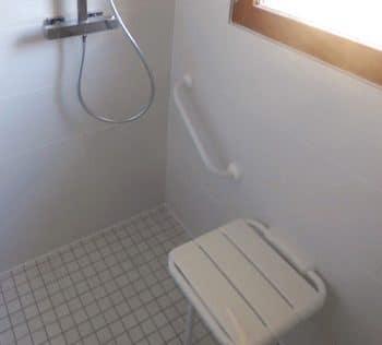 Siège de douche rabattable