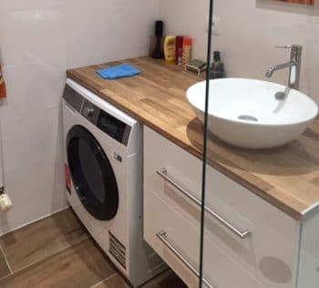 Aménagement complet d'une salle de bain : carrelages, douche, meuble avec vasque intégrant l'électroménager
