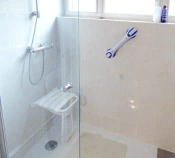 Siège rabattable et barre de douche PMR