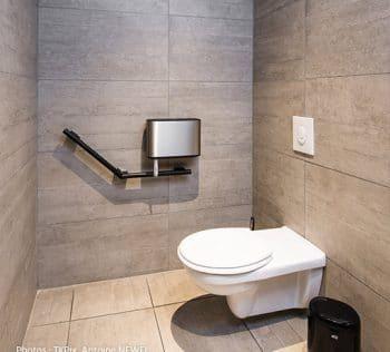 Aménagement de toilettes accessibles aux personnes à mobilité réduite
